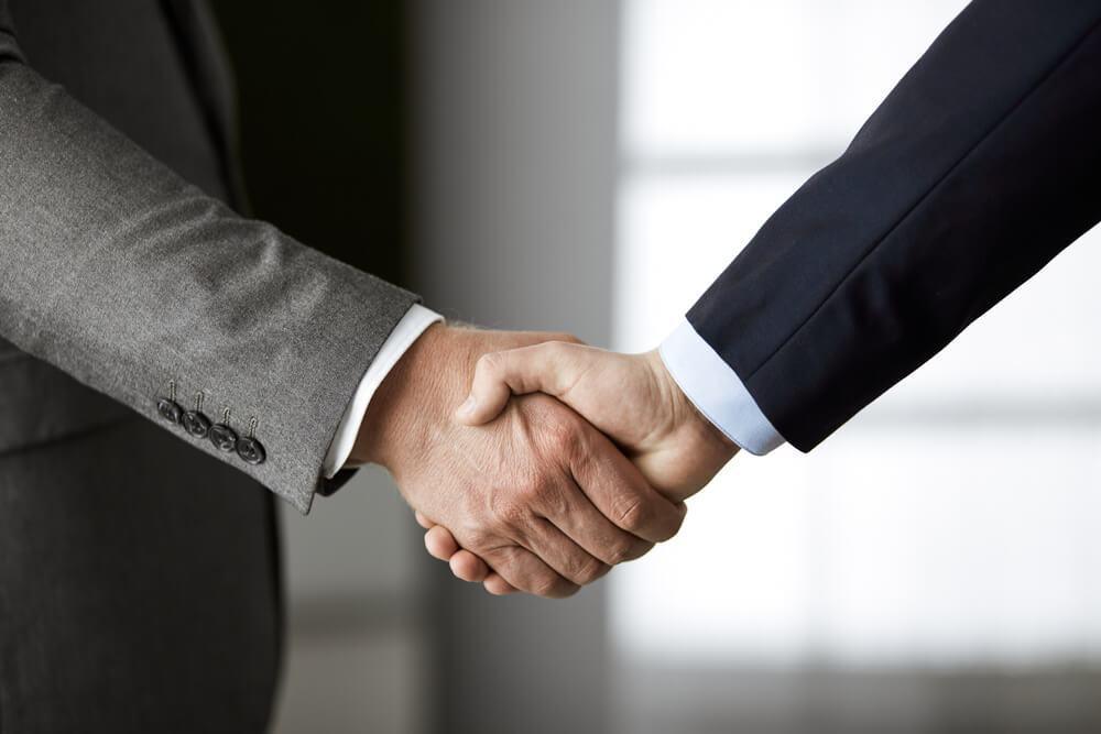 Co mówi o mężczyźnie uścisk dłoni? 3 zasady, które musisz zapamiętać