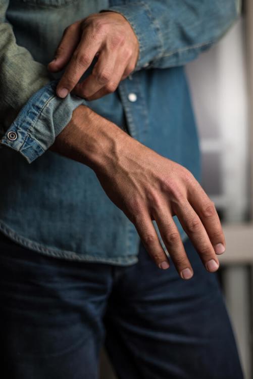jak podwijać rękawy koszuli