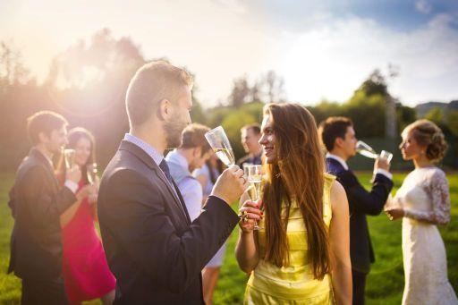 jak się ubrać na poprawiny jako gość - wesele w plenerze