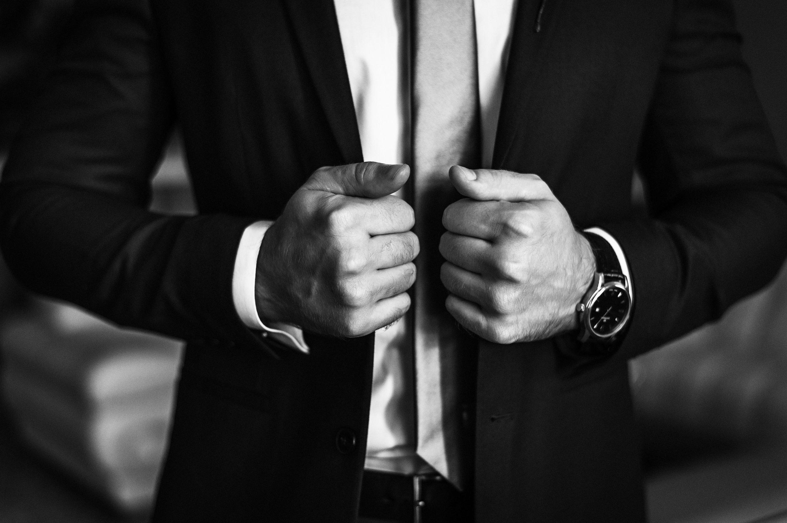 Czarny garnitur ślubny szyty na miarę – 5 rzeczy, które musisz o nim wiedzieć