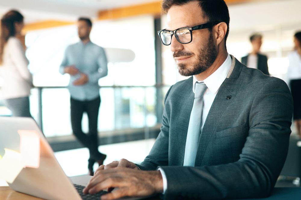Jak ubierać się do biura? 4 rzeczy, na które musisz zwracać uwagę