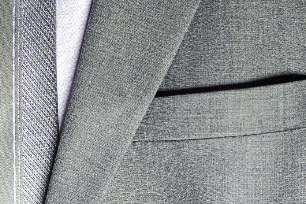 Jasny garnitur na lato – jak i kiedy go nosić? Odpowiada stylista