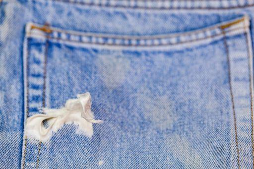 jak usunąć gumę z ubrania jeansy