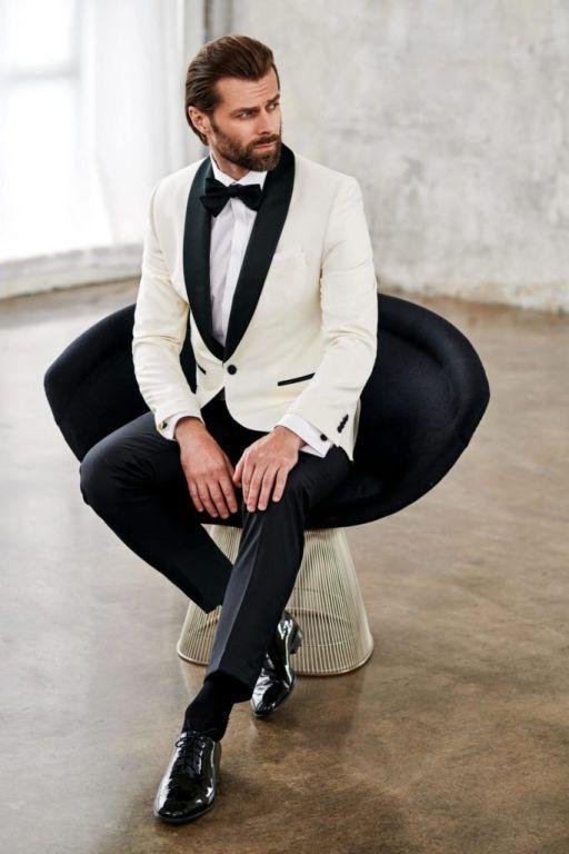 wieczorowy strój męski biały smoking czarne detale