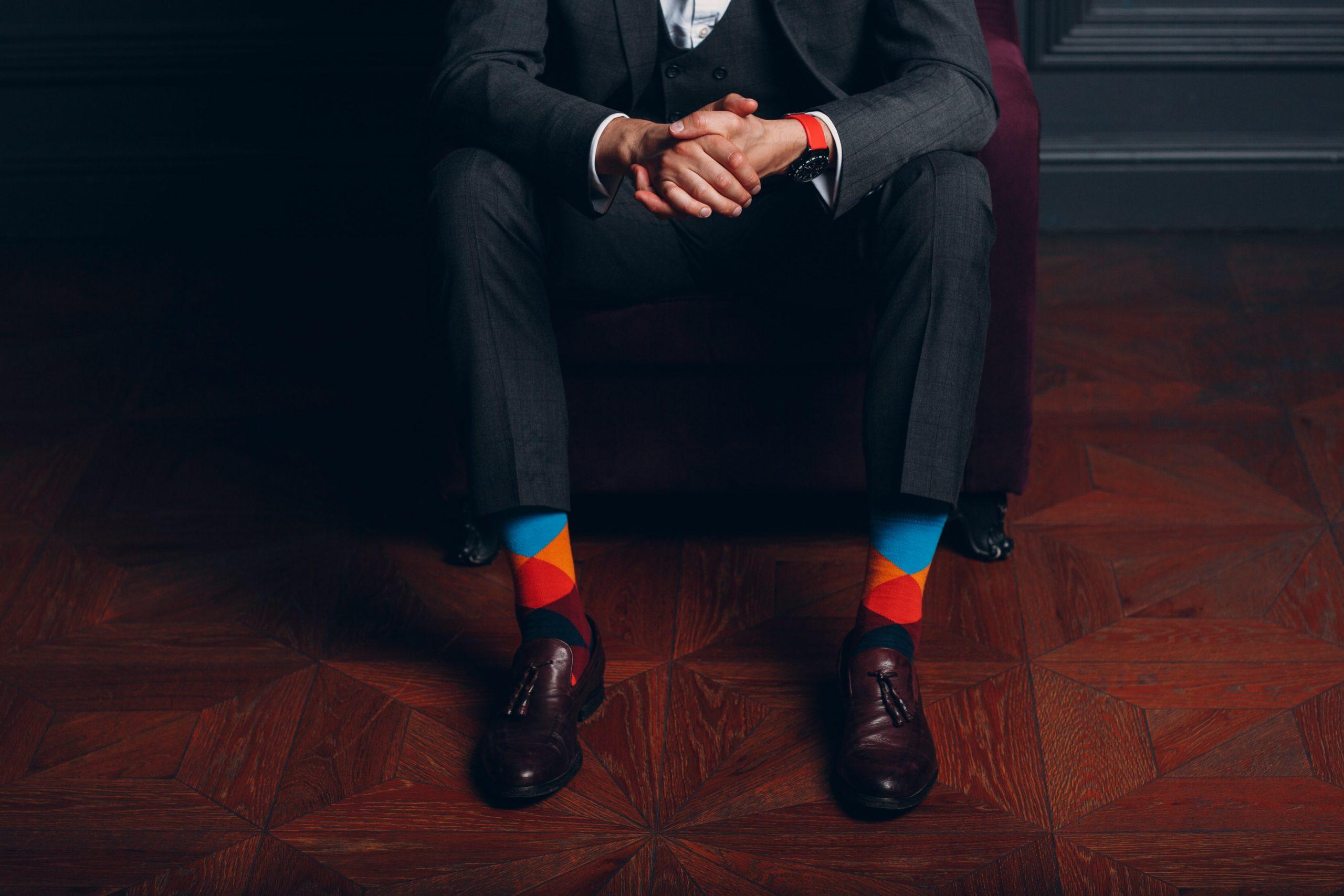 Czy biznesmen może nosić kolorowe skarpetki do garnituru? Odpowiada stylista