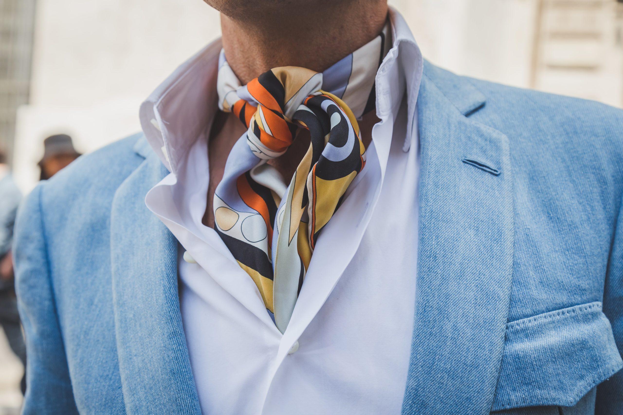 Fular i apaszka – wyjaśniamy, co mężczyzna może nosić zamiast krawata