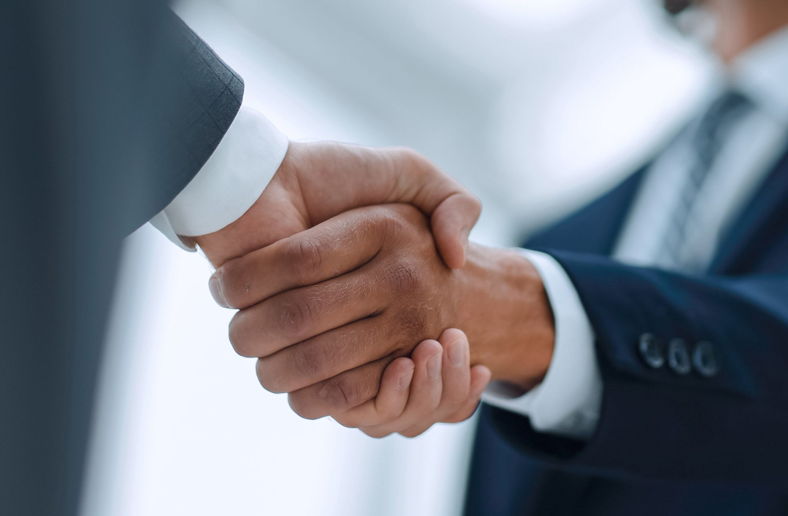 Kto pierwszy podaje rękę? Zbiór najważniejszych zasad
