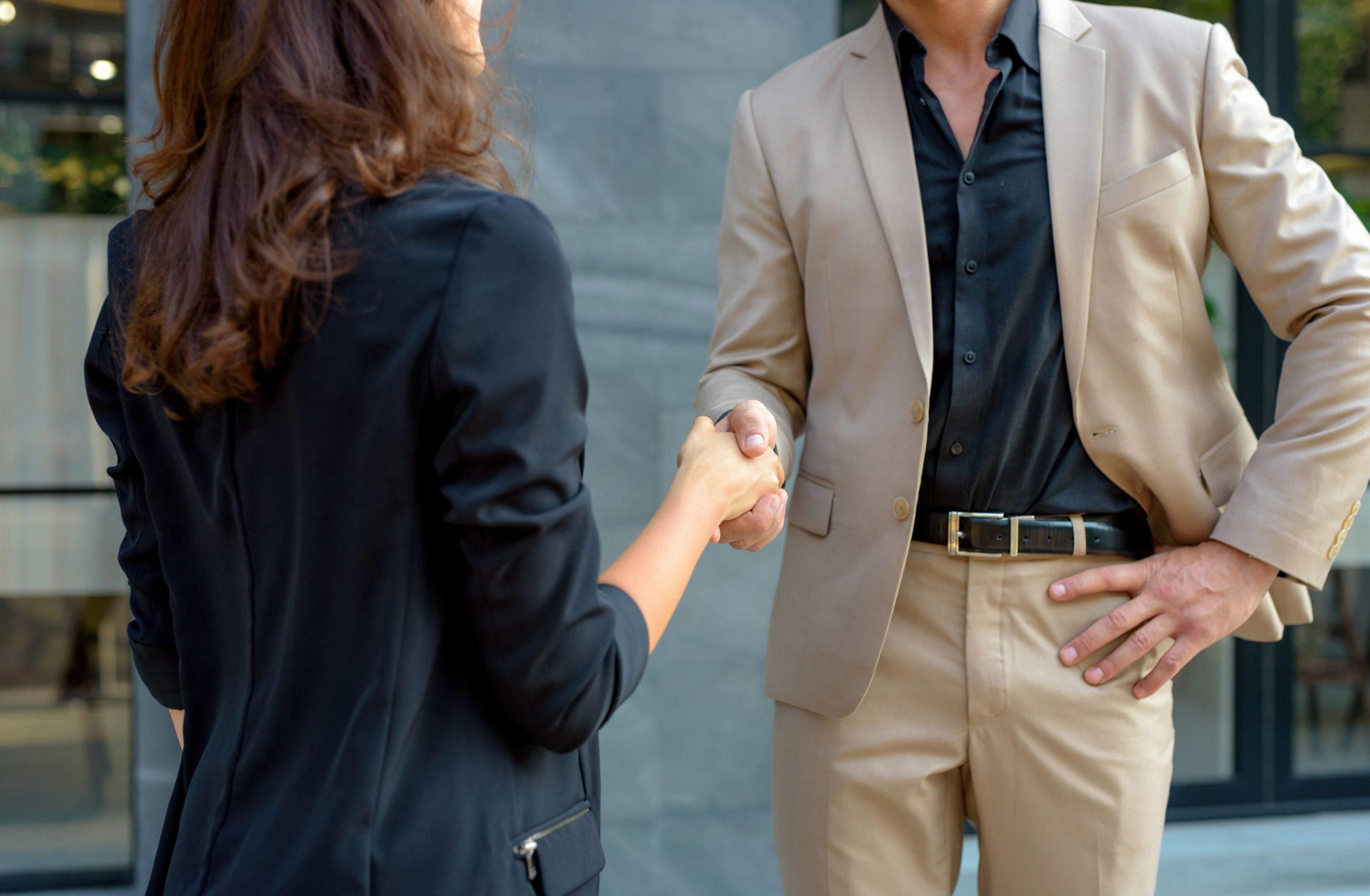 3 zasady witania się z kobietą, które musisz znać