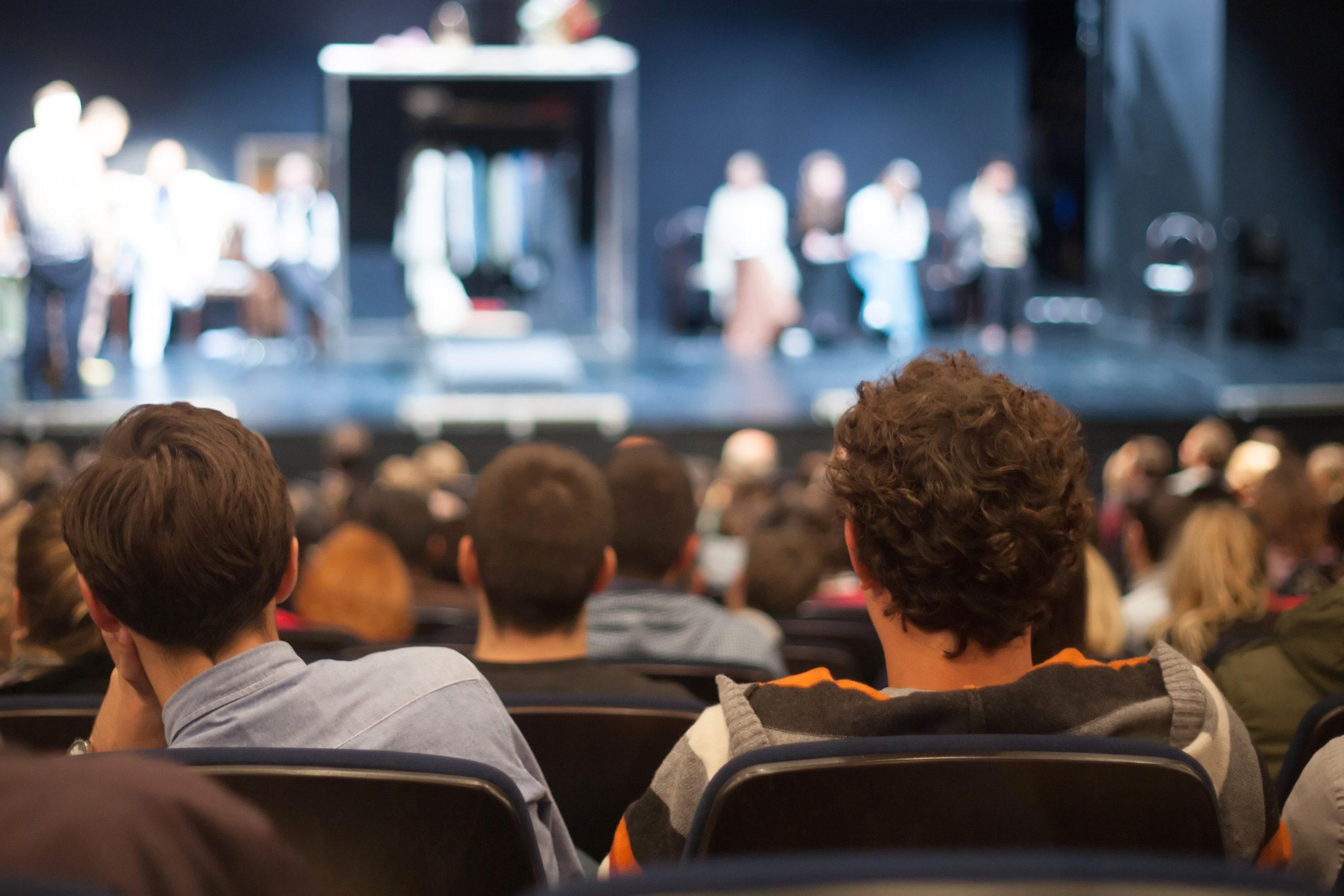 Jak się ubrać do teatru i filharmonii – 3 porady stylisty
