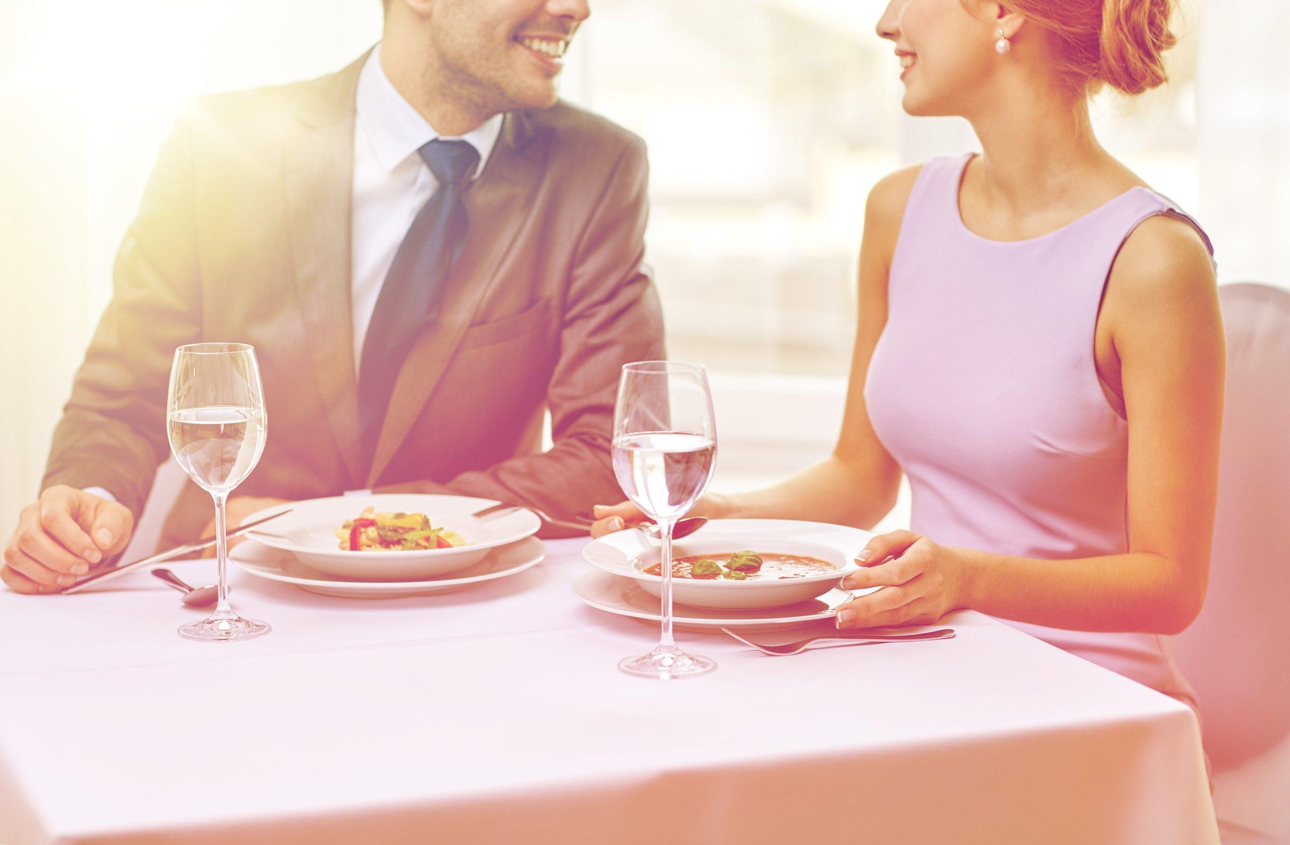 Jak się ubrać na randkę? Mężczyzna wcale nie musi w garnitur!